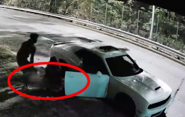 美国一男子涉嫌杀死怀孕6个月的女友被拍到弃尸于路边人行道