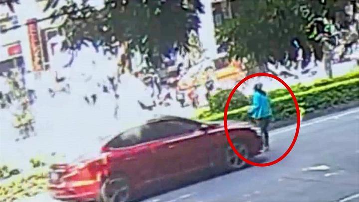 监拍:家长横穿马路去接孩子 大步流星中被轿车撞飞