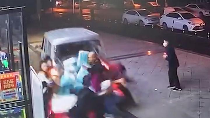 成都一面包车倒冲人行道瞬间撞飞多人 官方:伤员正在救治中