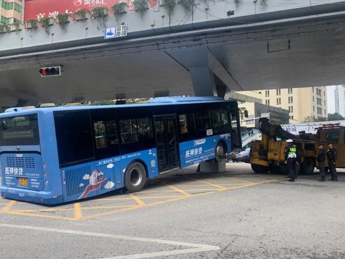 突发!一公交车撞上都司高架桥桥墩,十余人送往医院!