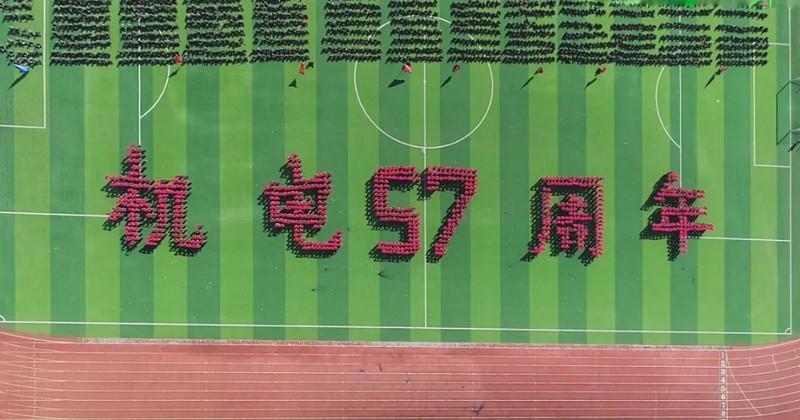 """高校军训汇演,千名学生头顶方块组动画""""刷屏""""网络:幕后训练非一帆风顺"""