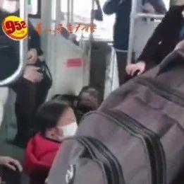 贵阳一公交车撞上高架桥桥墩,十余人受伤!车内视频曝光!