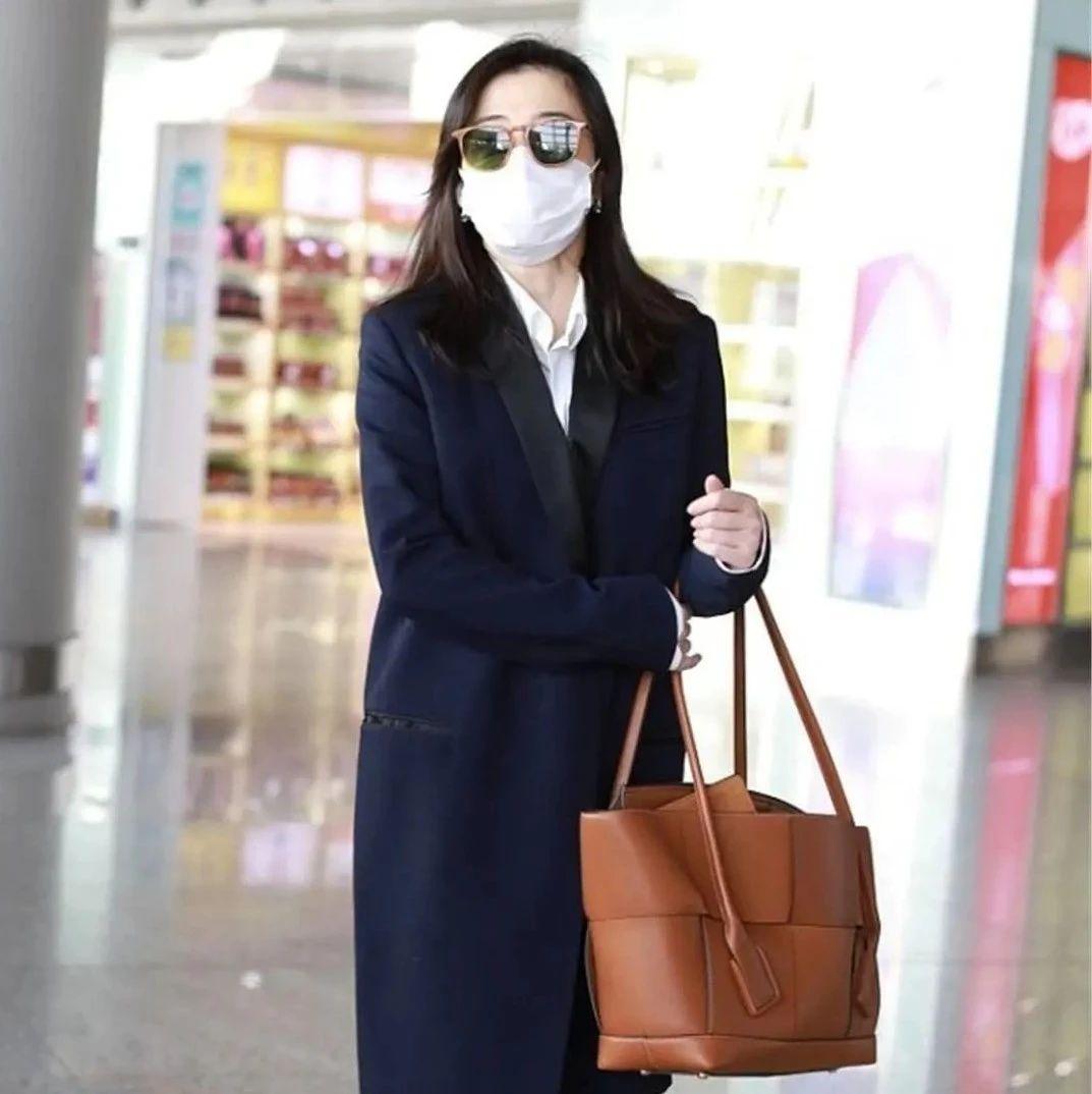 梅婷穿长款大衣走机场,内搭白衬衫+牛仔裤,167穿出177既视感