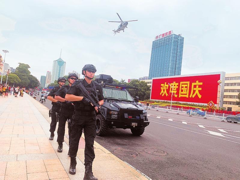南宁市公安局:全天巡防保安全 创新思路治堵点
