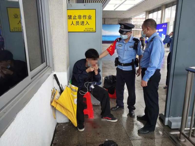 男子万宁动车站下车时血流不止,情况危急……(视频)