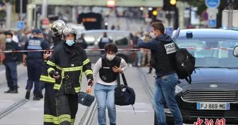 法国民众哀悼尼斯袭击案遇难者 当局警告:可怕的事还会发生