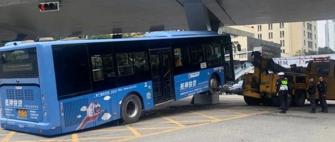 贵阳一公交车撞上都司高架桥桥墩,十余人送往医院!