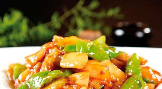 用土豆青椒茄子搭配一起炒,鲜香下饭,让人百吃不厌,比肉还好吃