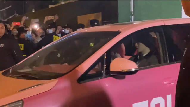 昨日,有网友在成都街头遇到范丞丞开粉红色的车下班,u1s1……