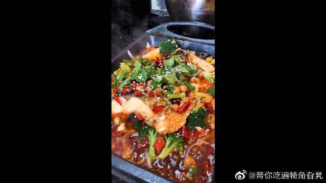 祖传的烤鱼配方,还是一如既往的受欢迎,每天都有几百人排队抢购