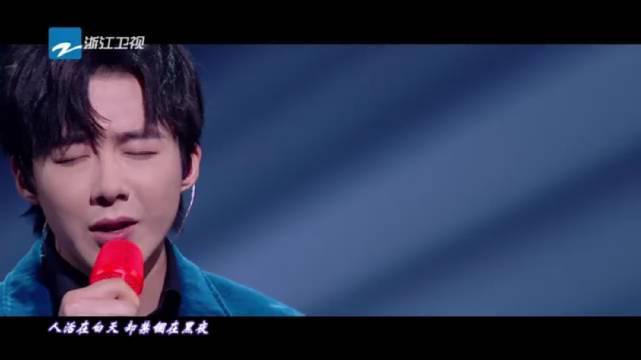 浙江卫视超级秀,刘宇宁身着绒面宝蓝色西装……