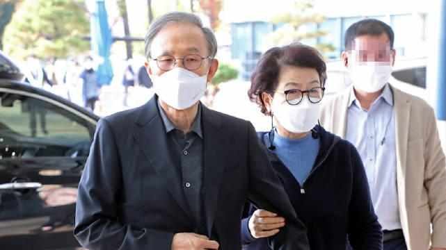 韩国前总统李明博入狱前现身医院:面容消瘦……
