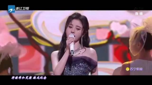 东方卫视晚会,鞠婧祎身穿蓝色星钻抹胸纱裙,首唱《芙蓉》……
