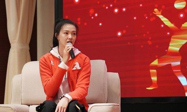 惊艳!女排美女国手现身南京大学,卫衣搭配橘红外套甜美动人
