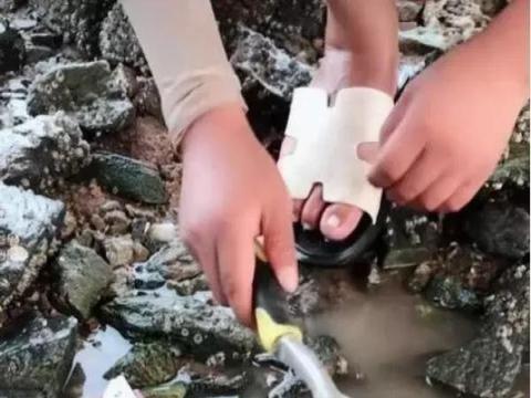 女子河边洗衣服,发现石头周围有水泡,打开后众人乐了