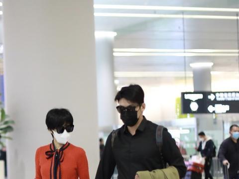 陆毅和老婆鲍蕾现身机场,俊男靓女成为机场靓丽风景线