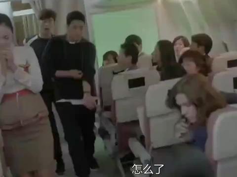 美女飞机上突然晕倒,不料医生一剪开束腰的瞬间,肥肉全弹出来!