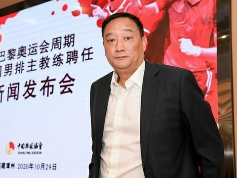 中国男排主帅用心了!刚上任就参观女排纪念馆,吴胜被球迷称赞