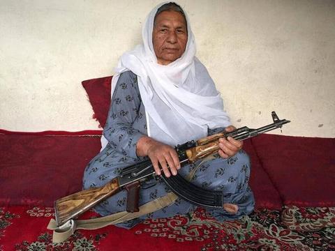 她因抗击外敌入侵崛起为军阀,如今年过七旬,无奈与塔利班停战了