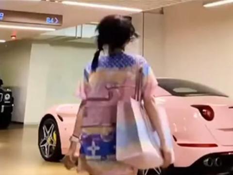 """00后美少女现身停车场,驾驶""""公主粉""""法拉利,身材娇小很可爱!"""