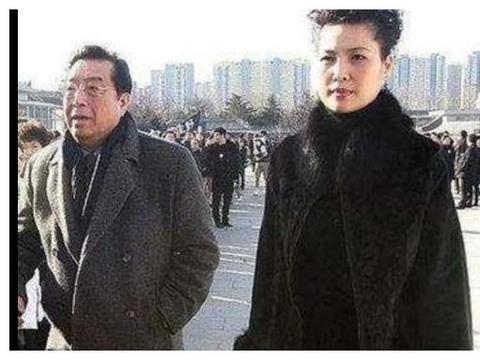 81岁李双江近况:状态虚弱老态明显,走路需搀扶还赚钱养家