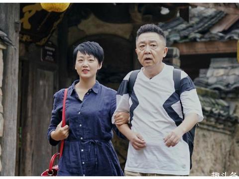 何猷君参加节目狂撒狗粮,不但时刻抱着妻子,时不时还挂妻子身上