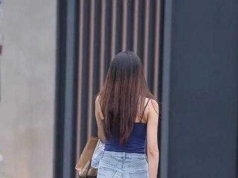 时尚穿搭:蓝色上衣搭配牛仔小短裤,帅气清秀