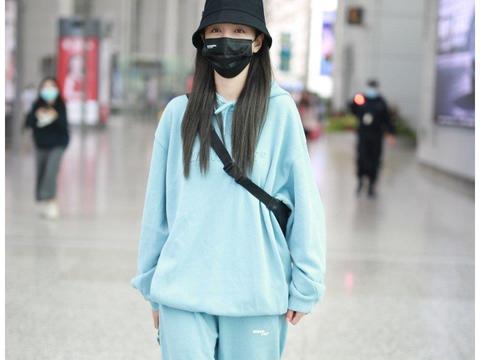 沈梦辰一身蓝色卫衣亮相机场,造型舒服又有型