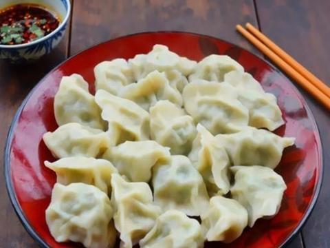 煮速冻饺子的时候,把锅里的饺子在水下煮是不对的