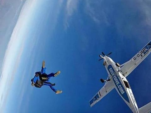 英国95岁老大爷敢玩4500米高空跳伞,年龄是他老当益壮的有力凭证