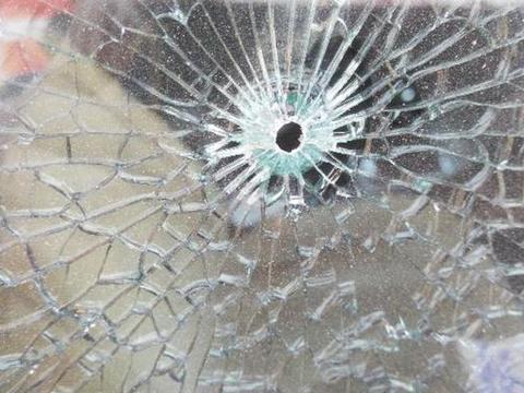 玻璃打碎后很难清洁干净,不必来回扫,利用一个小物件快速变干净