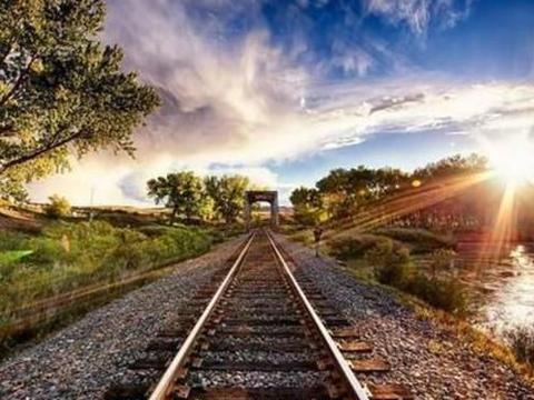 安徽省正在筹建皖江城际铁路网,规划全长1484公里,涵盖11个城市