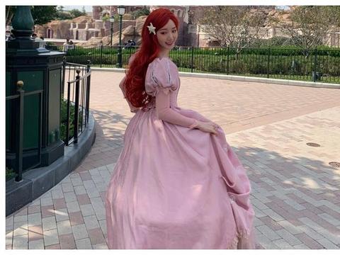 毛晓彤在迪士尼cos公主,被路人用原相机抓拍,这颜值认真的?