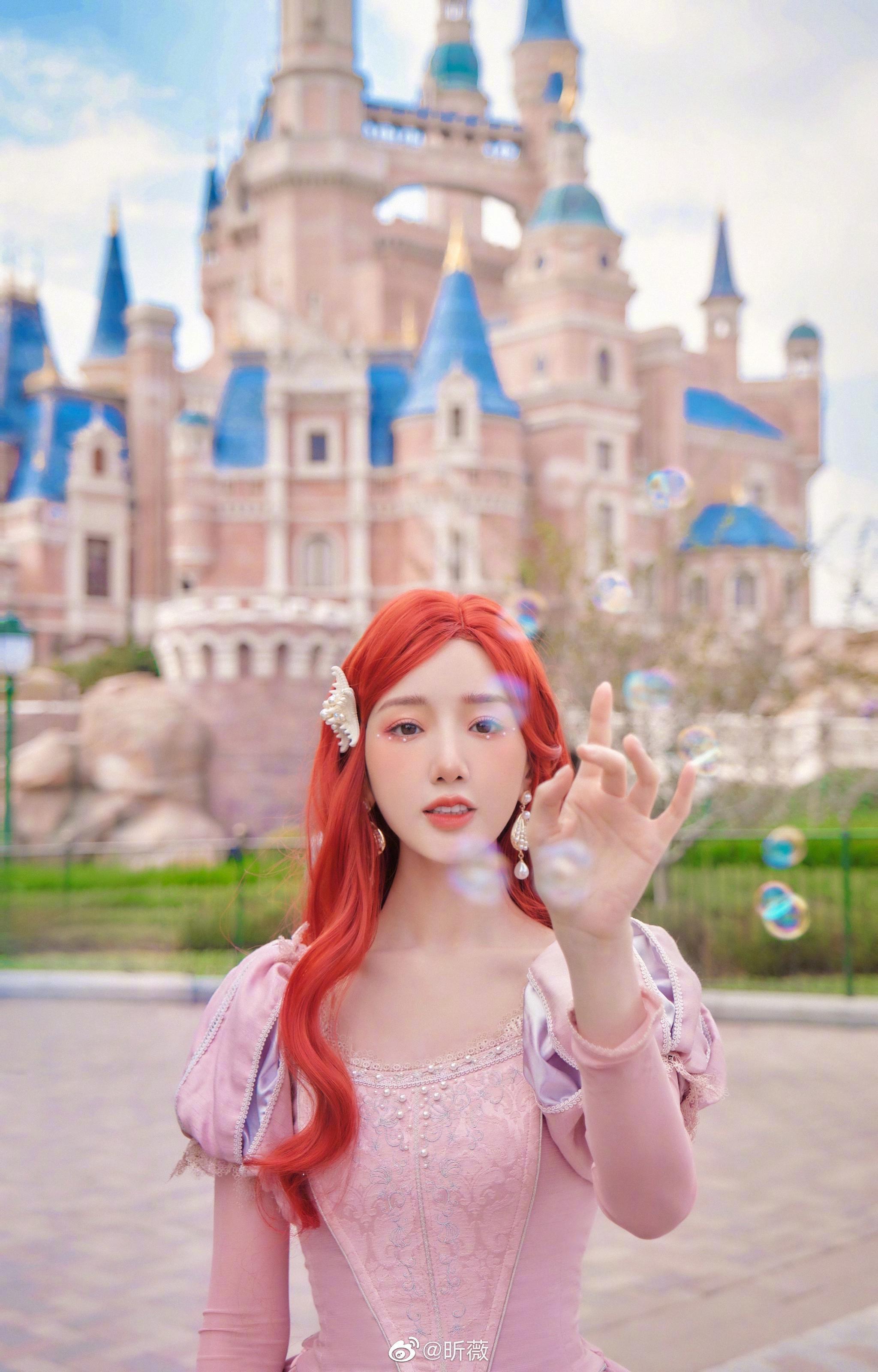 释出一组小美人鱼写真,红发粉裙,整体色调梦幻唯美……