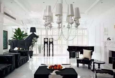 带大家走进陆毅的豪宅,装修有种诡异的风格,尤其是吊灯设计