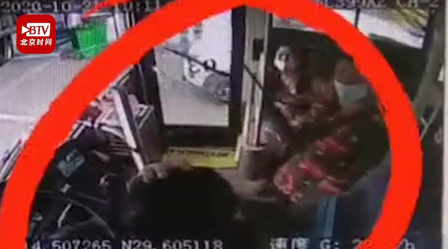 咸宁一公交司机驾车途中被乘客猛击头部