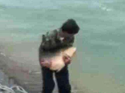 好心放生大鱼,鱼一点面子也不给,用力挣扎,连人都和它进水里了