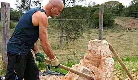 男子送给母亲块石头,引来邻居嘲笑,看到成品后,情绪失控