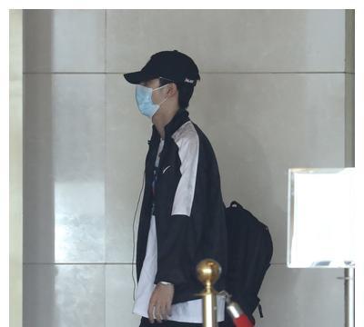 王一博穿运动装充满少年活力,戴着棒球帽相当低调