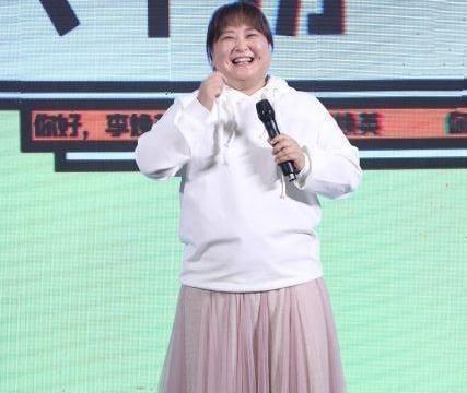 谁说胖不能穿纱裙?贾玲粉纱裙配白卫衣,酒窝大肚子少女感十足