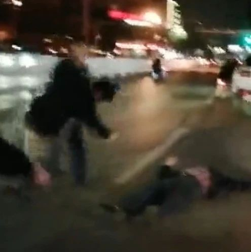 出租车司机与仨醉酒乘客发生肢体冲突,司机一拳一个打倒俩人