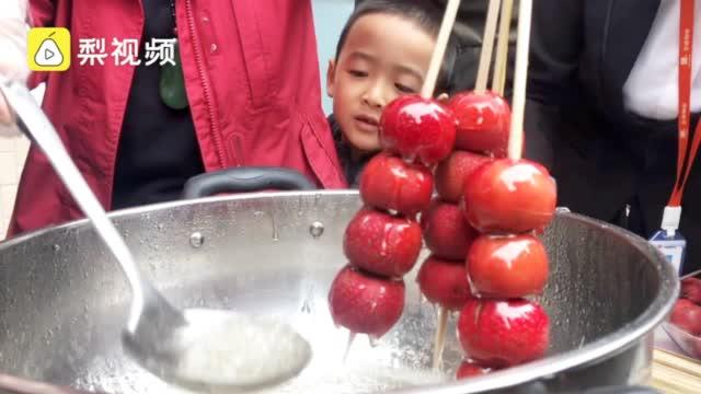 物业摘小区山楂做糖葫芦送业主