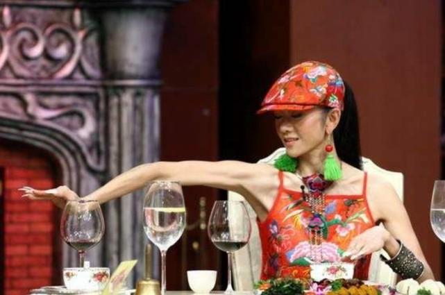 杨丽萍身材还苗条,但失去了滤镜和美颜,脸上皱纹横生尽显衰老!