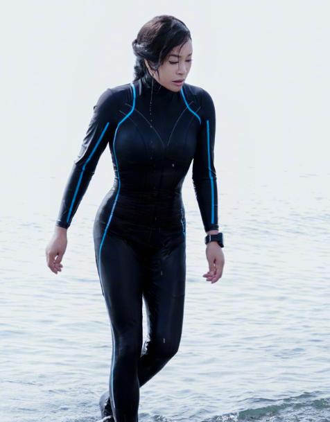 刘晓庆穿紧身衣逞强,身材勒得再苗条,皮肤也是松松垮垮!