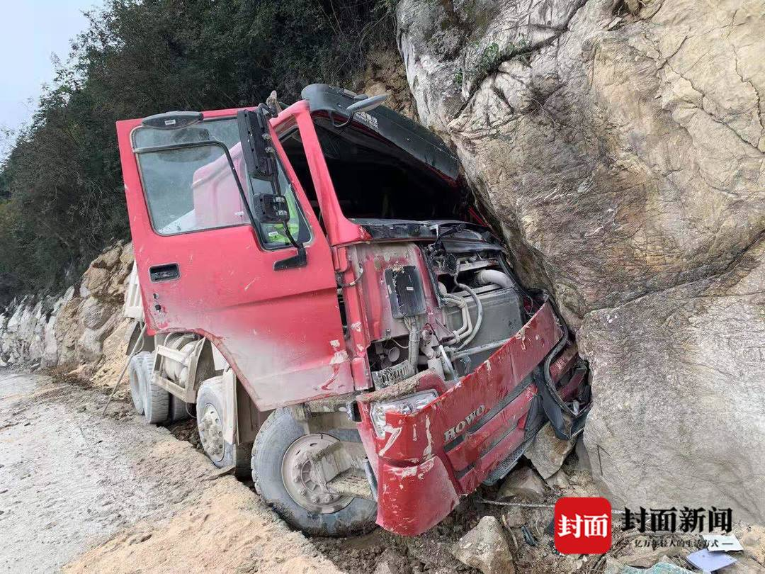 重卡撞崖驾驶员被卡驾驶室 四川北川警民救出伤者