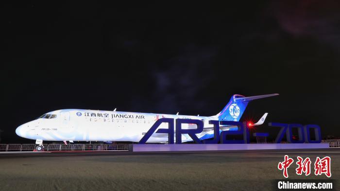 """中国商飞在中国商飞江西出产试飞中央交付的""""宜春""""号ARJ21客机。(中国商飞 供图)王脊梁摄"""