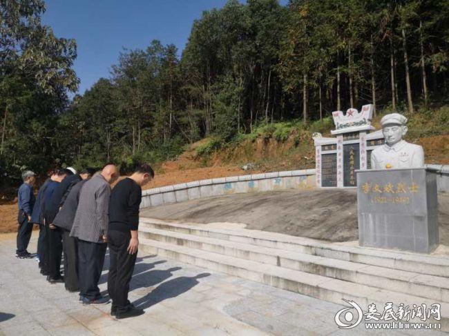 双峰县委办老干支部退休老干部祭奠宝台山和大托烈士墓