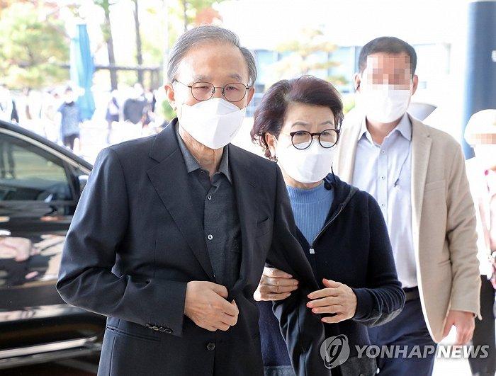 韩国前总统李明博入狱前现身医院:面容消瘦,夫人紧紧搀扶