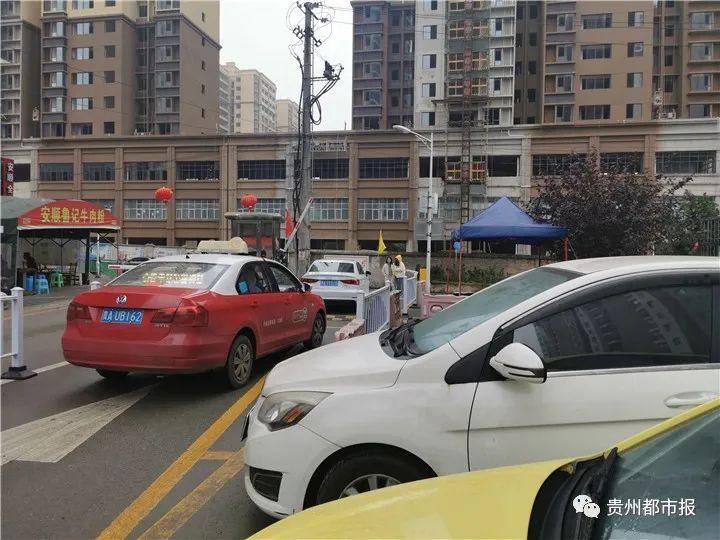 天降油漆殃及贵阳一小区30多辆车,车主投诉无门,施工方:你们记者来处理嘛!