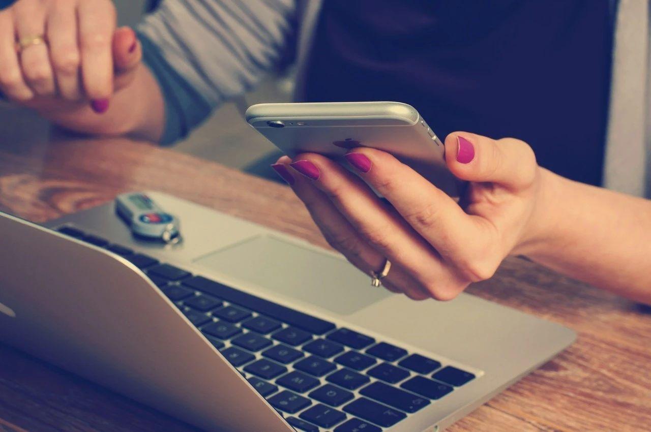 """《自然》:经常边用电脑边看手机要当心!斯坦福科学家发现,""""媒体多任务""""与18-26岁年轻人记忆力下降有关丨科学大发现"""